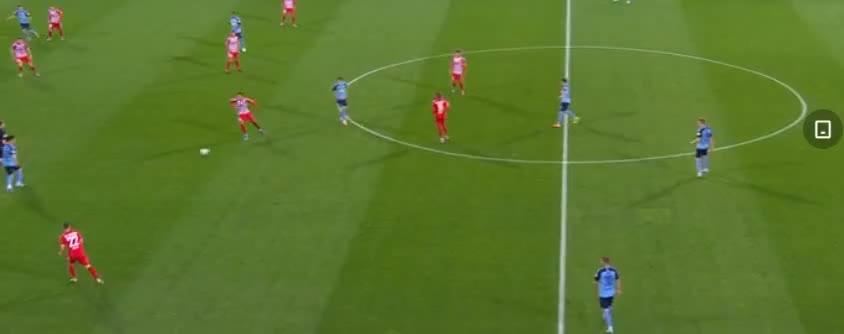 门兴前场进攻机会,普莱亚和施廷德尔的连续射门,被门将封出了