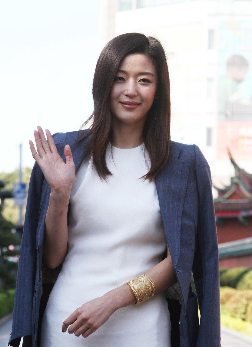 韩国女星全智贤,她无论是五官还是脸型都独具魅力,颜值气质佳!