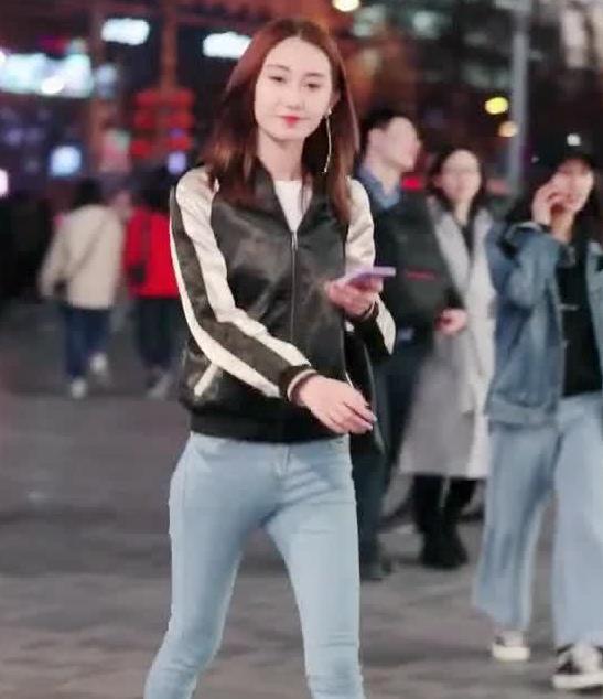 街拍:小姐姐身穿夹克外套搭牛仔配帆布鞋,尽显年轻气质