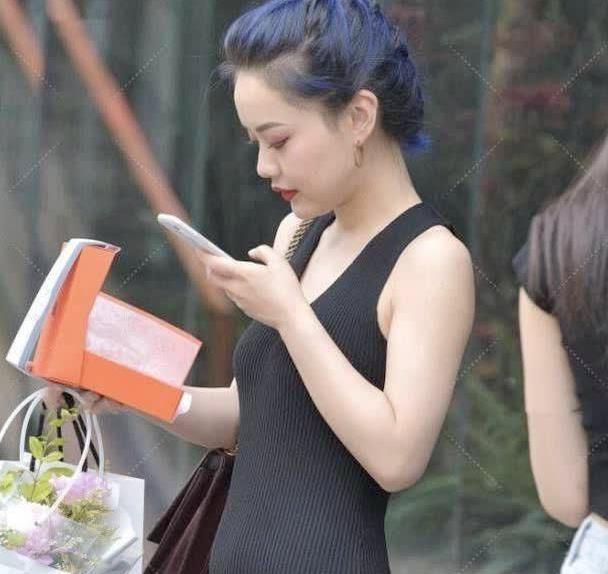 街拍:蓝发靓妹打扮黑暗系风格,连衣裙搭银色高跟鞋