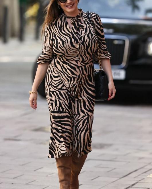 凯利·布鲁克穿着老虎印花连衣裙配直筒靴大气时尚