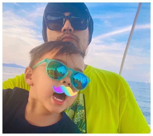 周杰伦晒与儿子罗密欧同框照 父子俩同戴墨镜超酷