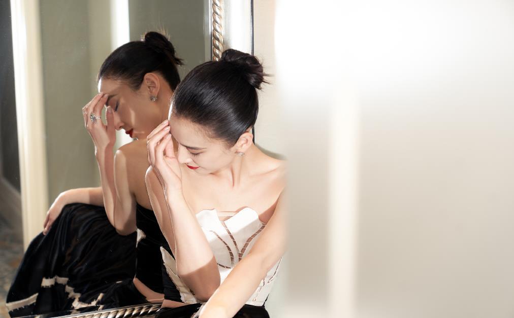 黄圣依黑白紧身裙展示玲珑曲线,手执鲜花芳香四溢,红唇妆好优雅