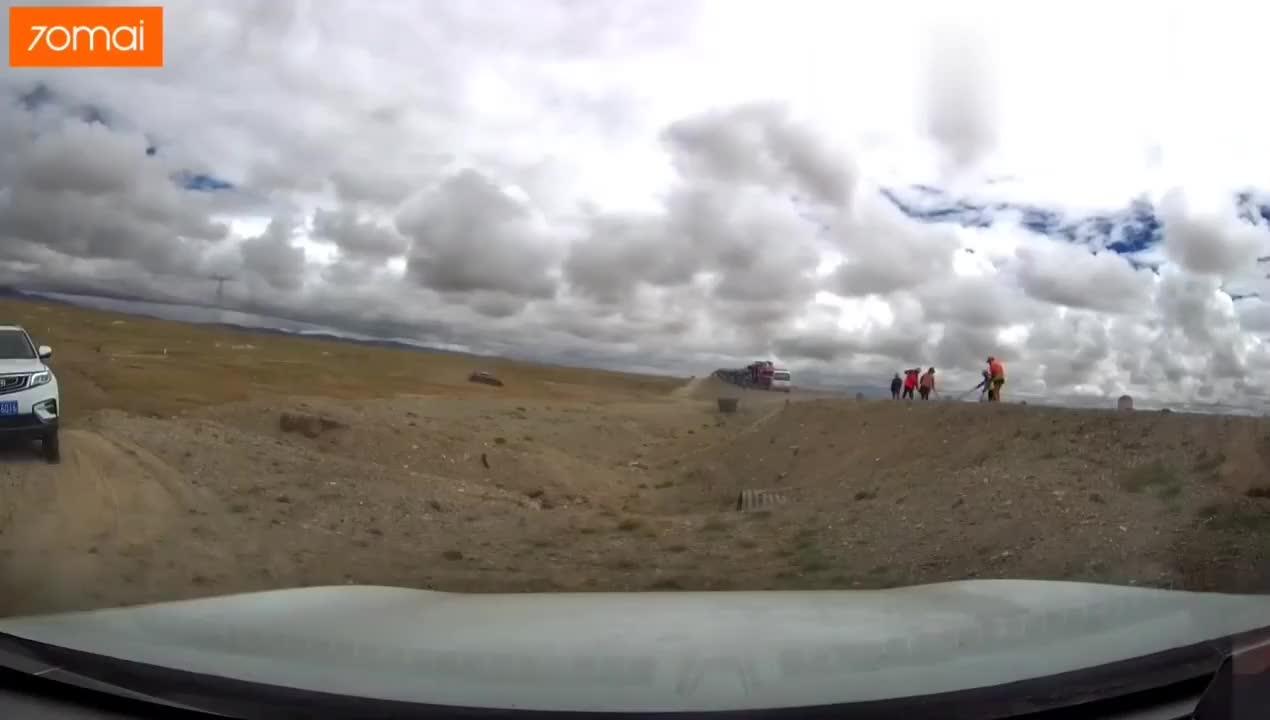 视频:吉利博越爬坡第一把竟然上不来,小轿车一把就上了,咋回事?