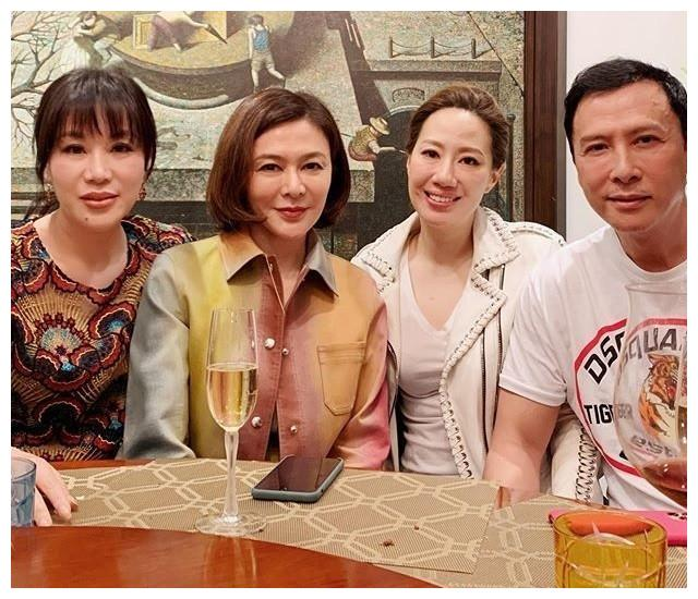 58岁关之琳不服老,生活方式与刘嘉玲截然不同,风格却很相似