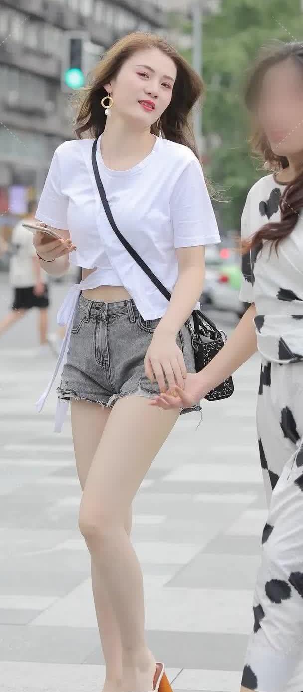 街拍:小姐姐上衣白T恤下身牛仔短裤,美丽大方