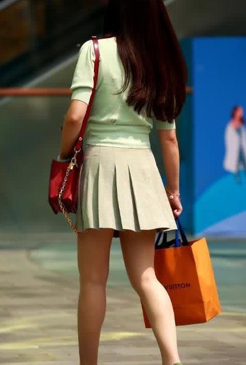 街拍:美女绿色小衫搭百褶裙,十分时尚