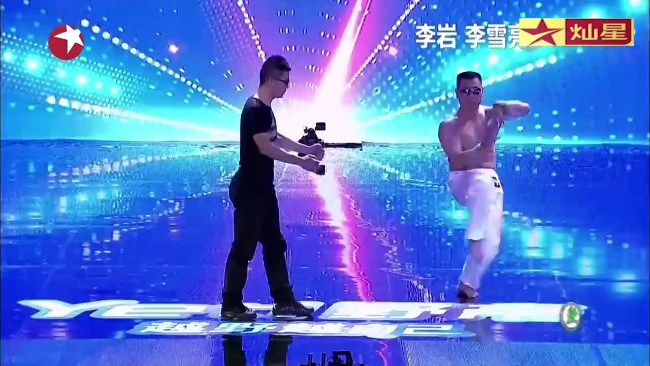 中国达人秀:2小伙达人秀舞台,怪异舞蹈表演,逗乐观众
