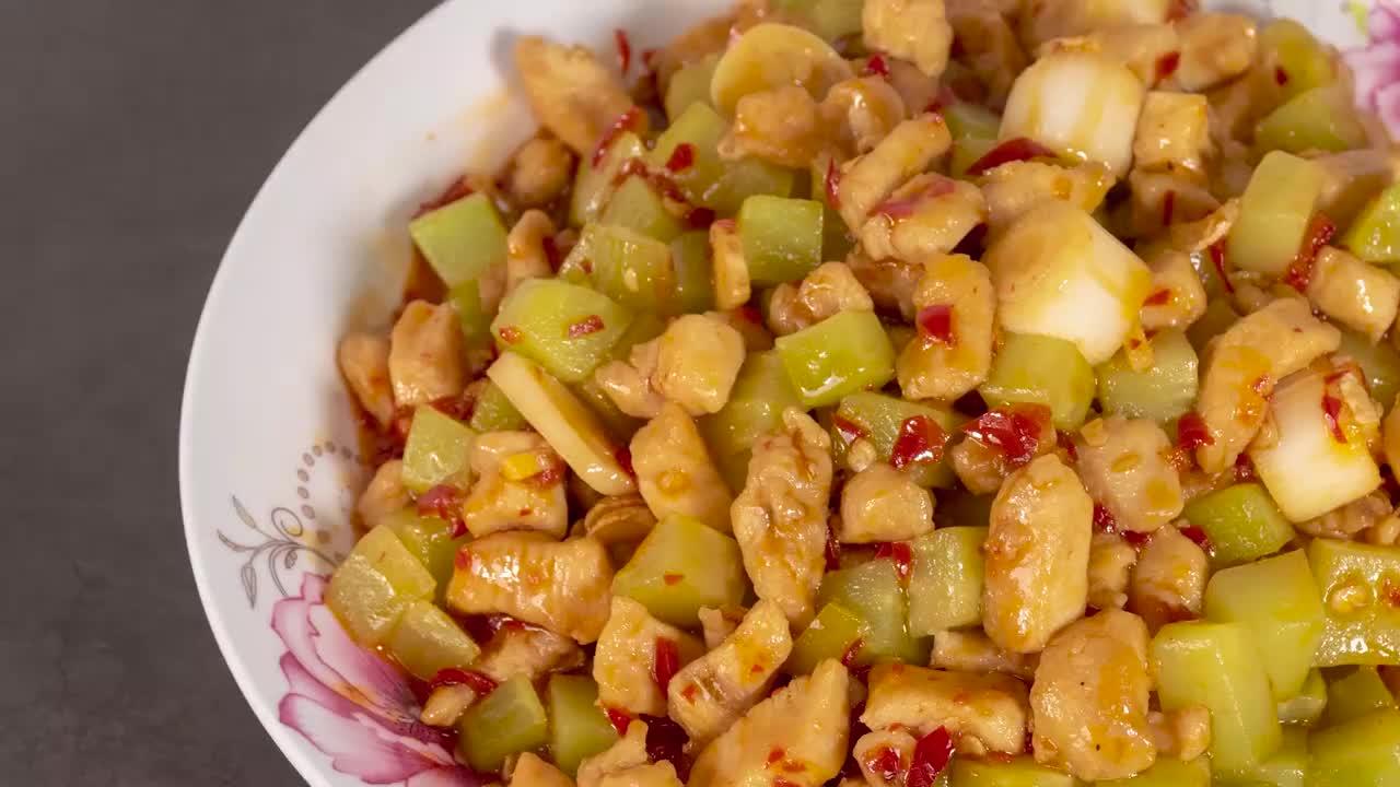 煎蛋厨房教你做泡椒辣子鸡丁,酸辣开胃脆嫩爽口,做法简单易学