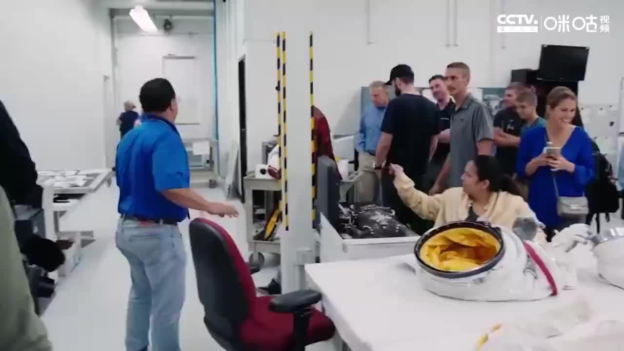 汉密尔顿造访NASA,体验驾驶四轮转向电动车