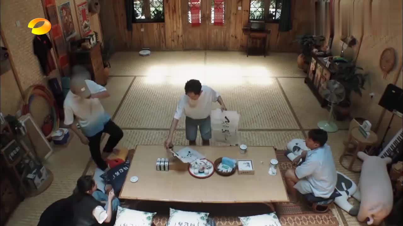 蘑菇屋内挂的都是海涛的毛笔字,黄磊:杜海涛老人,个人书画展!