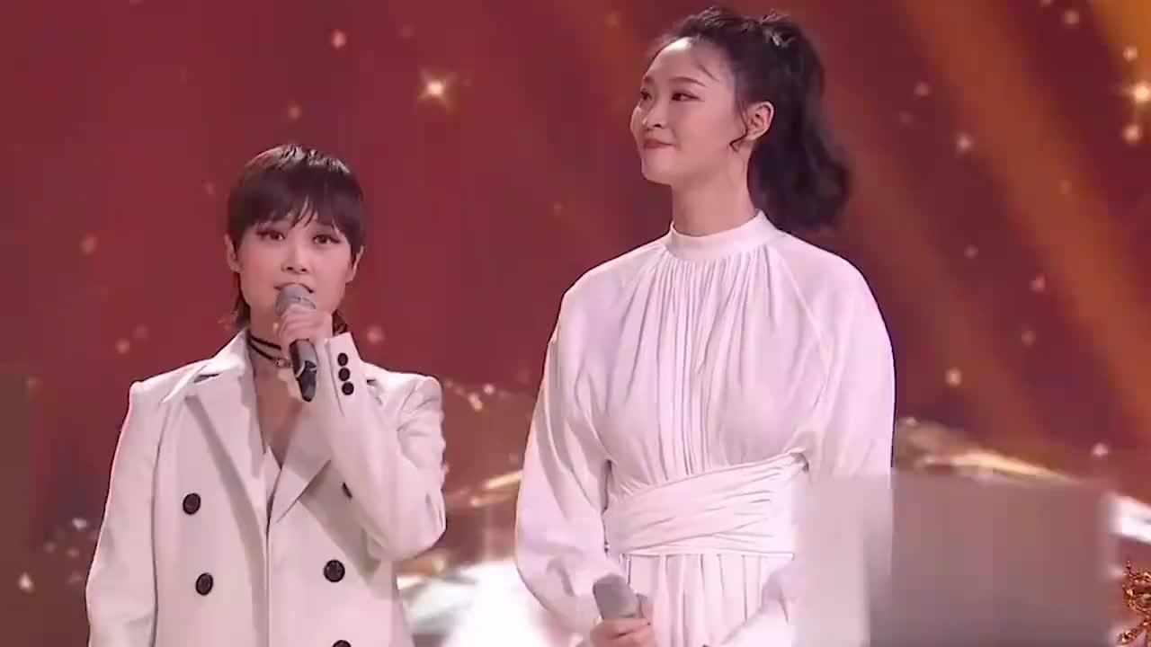 李宇春与惠若琪再次同台,显得春春万分娇小可爱,像极了高低杠