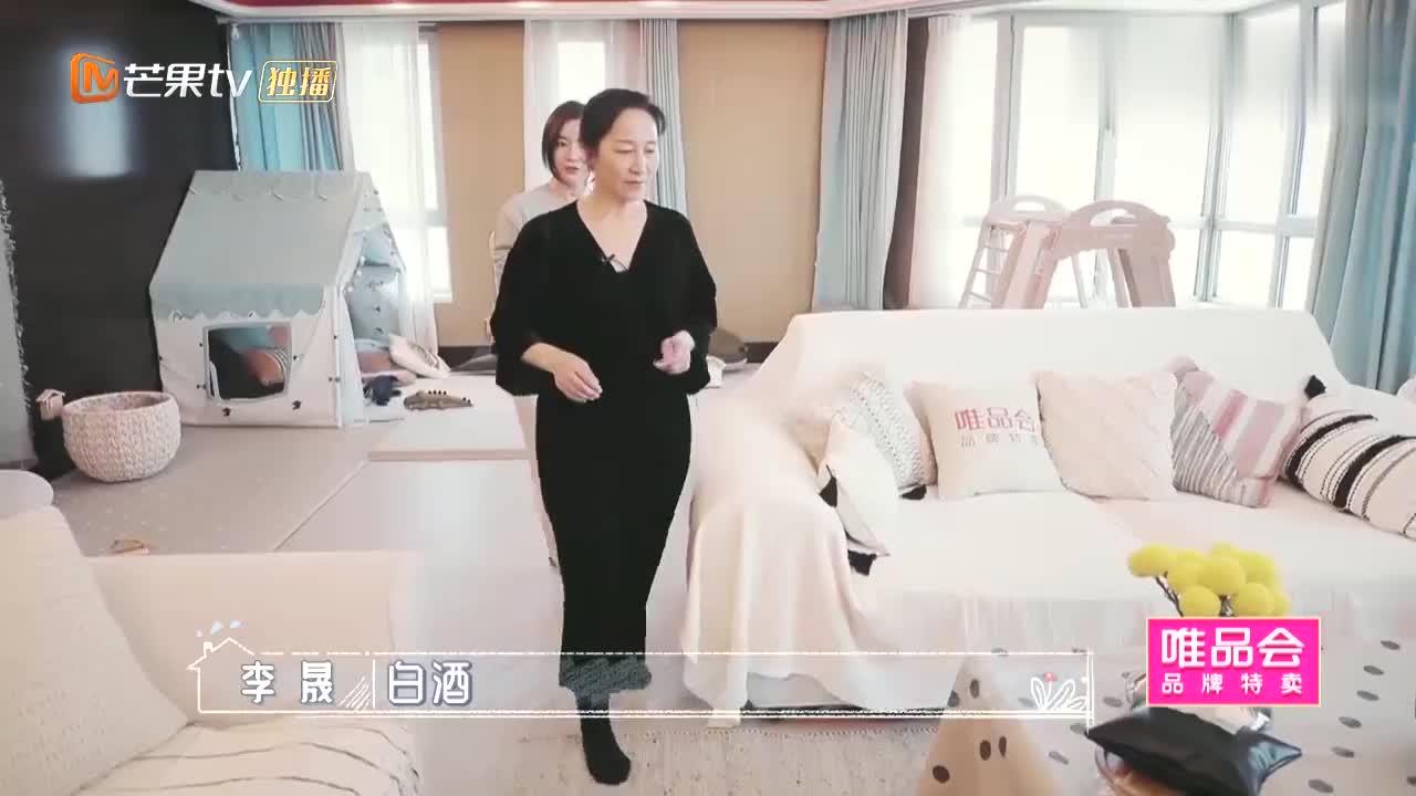 趁着丈夫不在家,李晟和妈妈喝酒论辈分,网友:当姐妹可还行