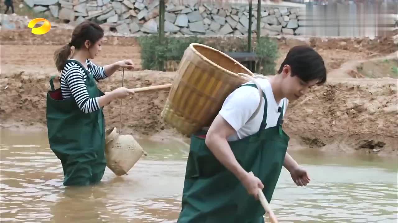 张杰带头来捕鱼,没想到是这种场面,黄磊:有种儿孙满堂的感觉