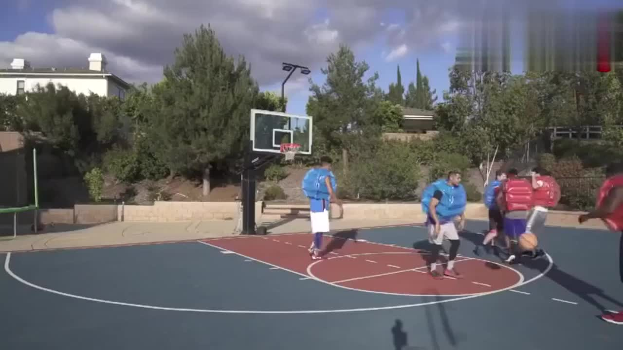 老外会外创造篮球新打法 身体健壮也不好用