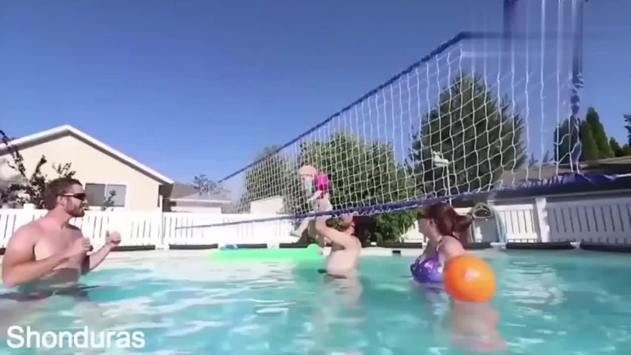 老外太狠了,没有排球一家人把小宝宝当排球扔