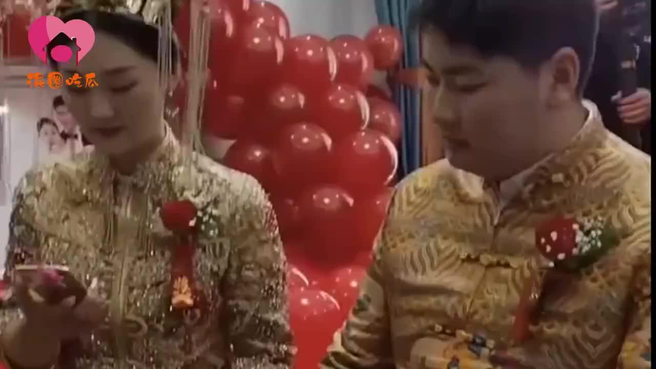 大衣哥儿媳自曝结婚没领证,朱单伟一旁呆坐,未到法定结婚年龄
