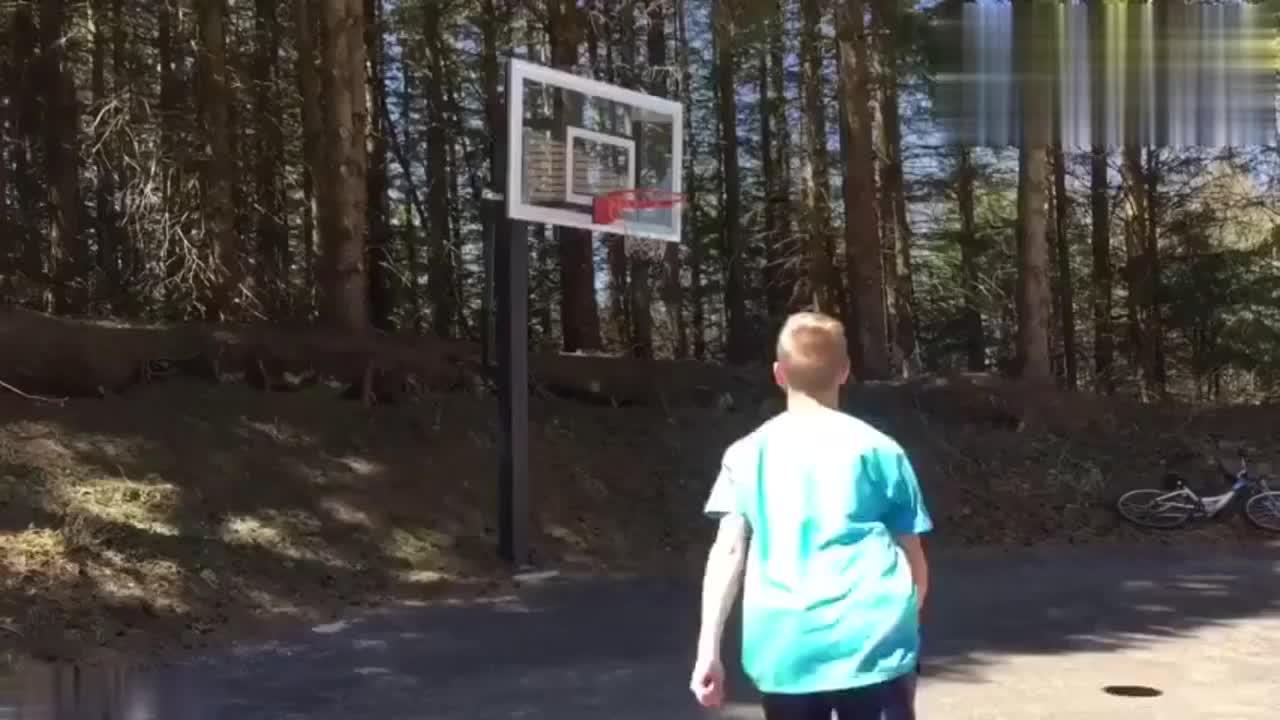 虽然篮圈不高 但这扣篮动作不是谁都能做的