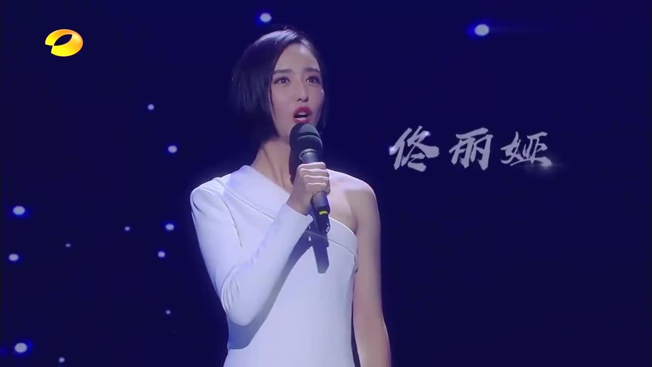 短发界扛把子佟丽娅,一袭白色短裙性感高级,颜值吊打小姐姐