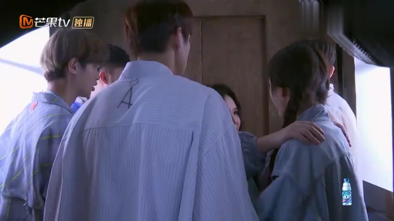 杨幂被困电梯受惊吓,魏大勋暖心帮她护头,太暖了!