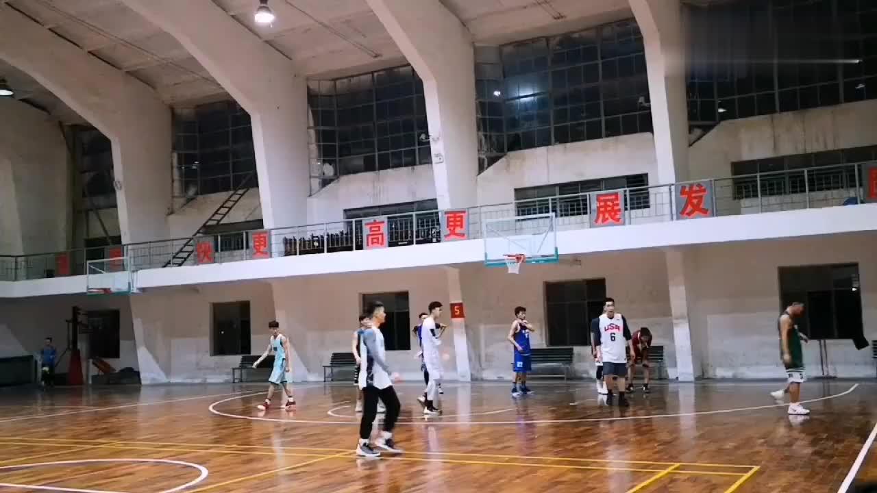 广西民族大学篮球赛,传说中的打球又好又帅气的帅哥就在这里了!