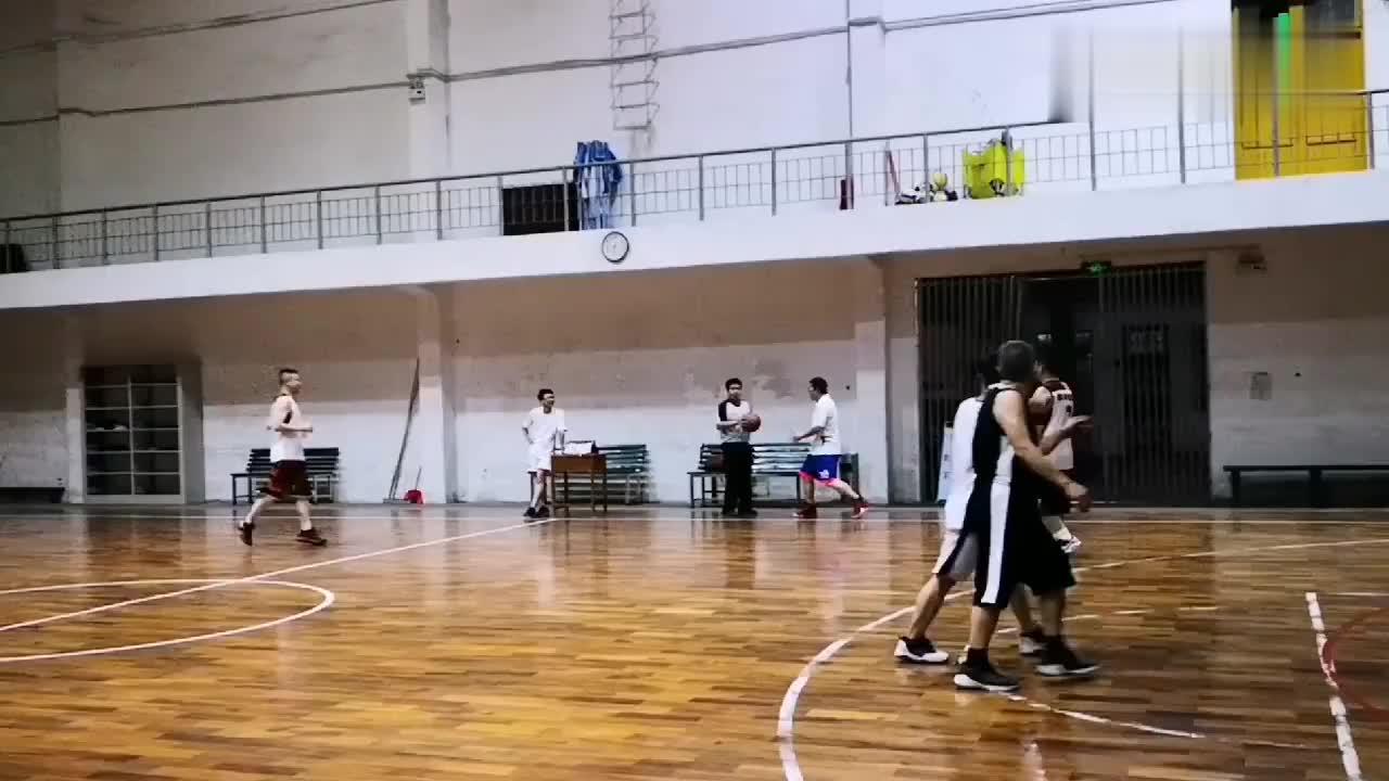 广西民族大学教师篮球赛,纯粹的养生篮球,锻炼身体才是最重要!