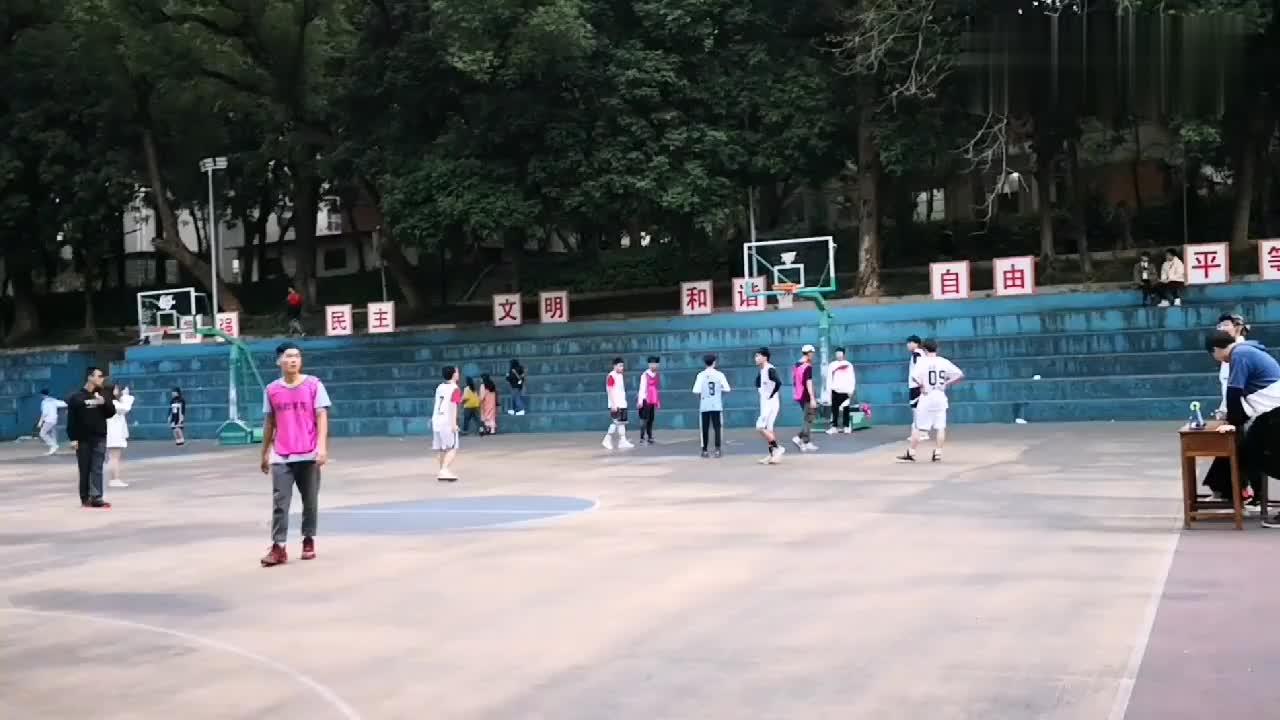 广西民族大学篮球赛,双方最后三分钟对决!这水平如何?你们说?