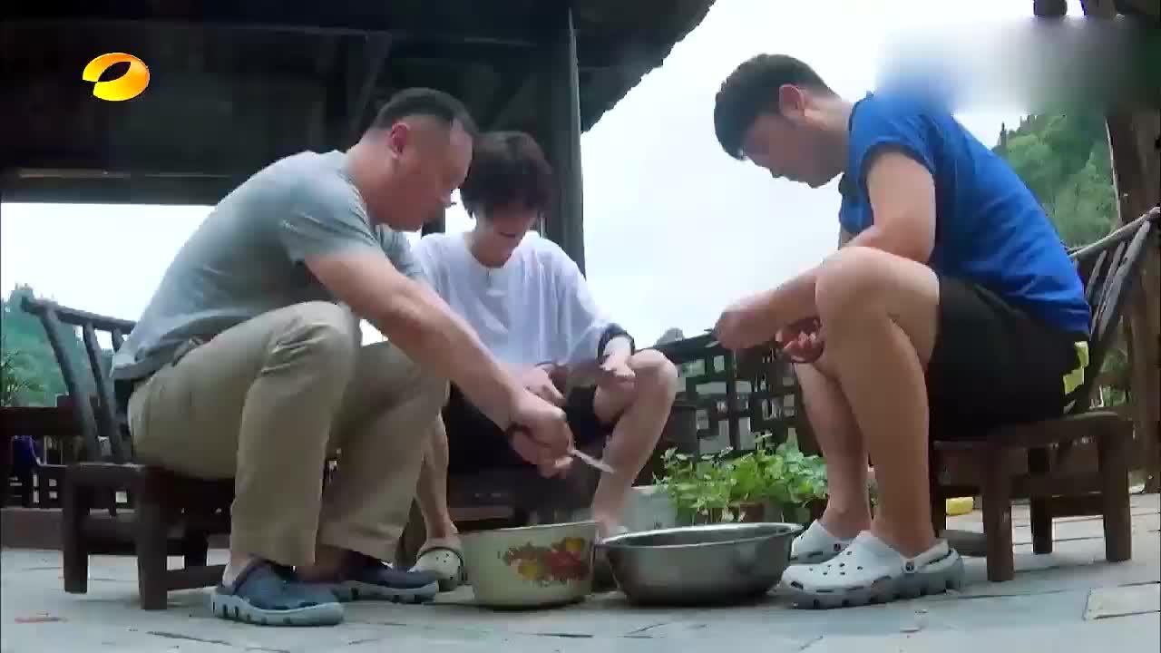 鹿晗吐槽陈赫吃螺蛳,一口能嘬20个,惹得何炅一直在笑