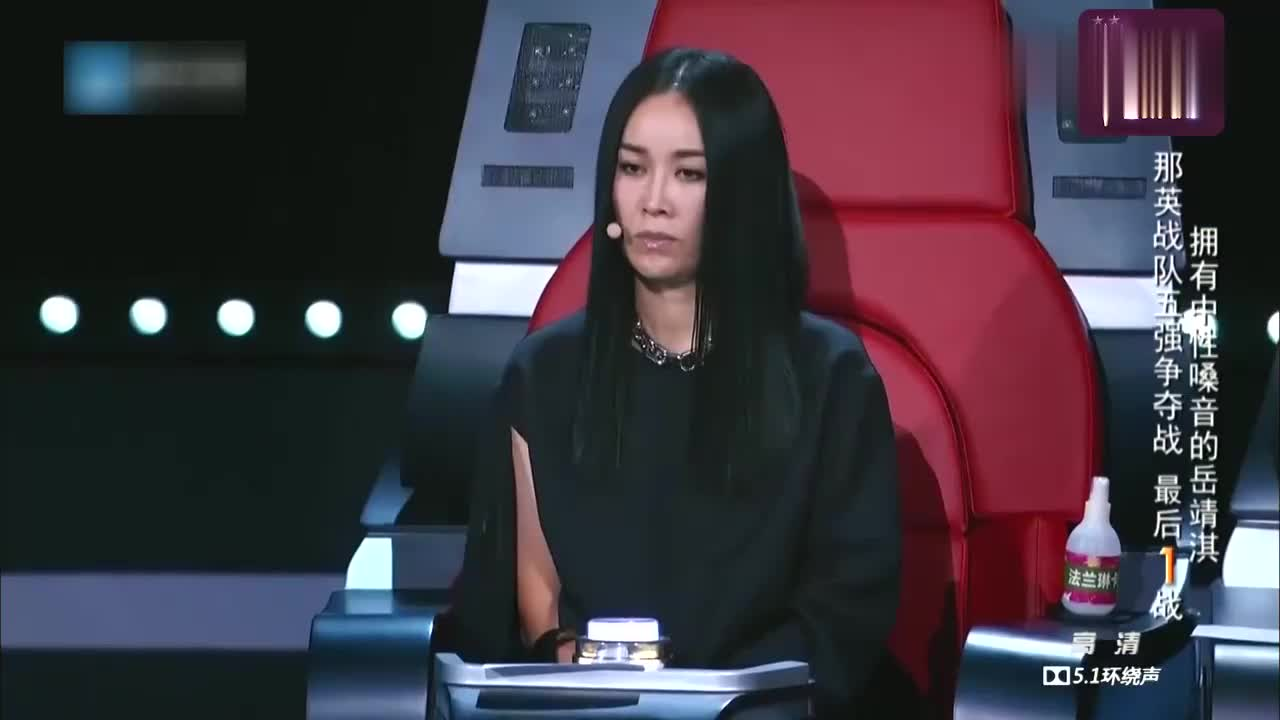 中国新歌声,岳靖淇英文歌唱得真有感觉,那英的拿手学员