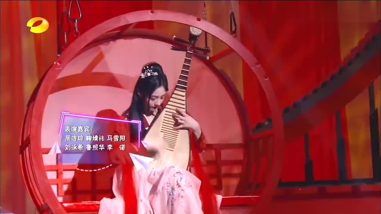 周洁琼弹琵琶,鞠婧祎拉小提琴,两个才女大合奏超默契!