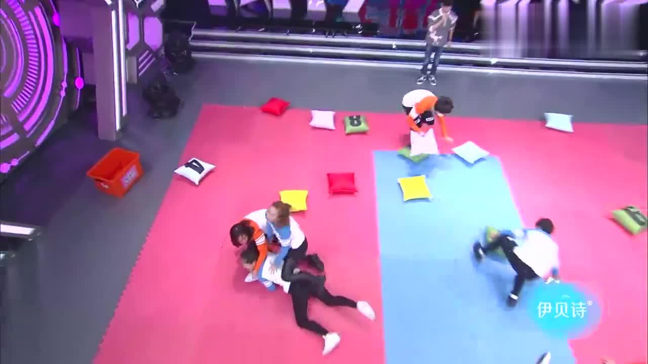 快本:史上最猛抢抱枕,谢娜被踢脸,杨幂鹿晗受伤抱枕上沾到血!