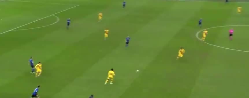 卢卡库中场策动攻势,丹布罗西奥禁区射门踢飞了