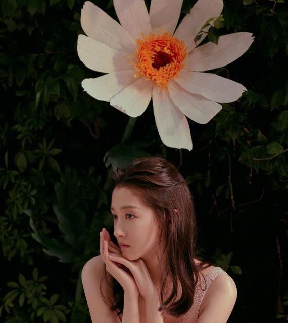 关晓彤真敢穿,一袭花粉蛋糕裙疑似真空上阵,23岁越来越成熟了