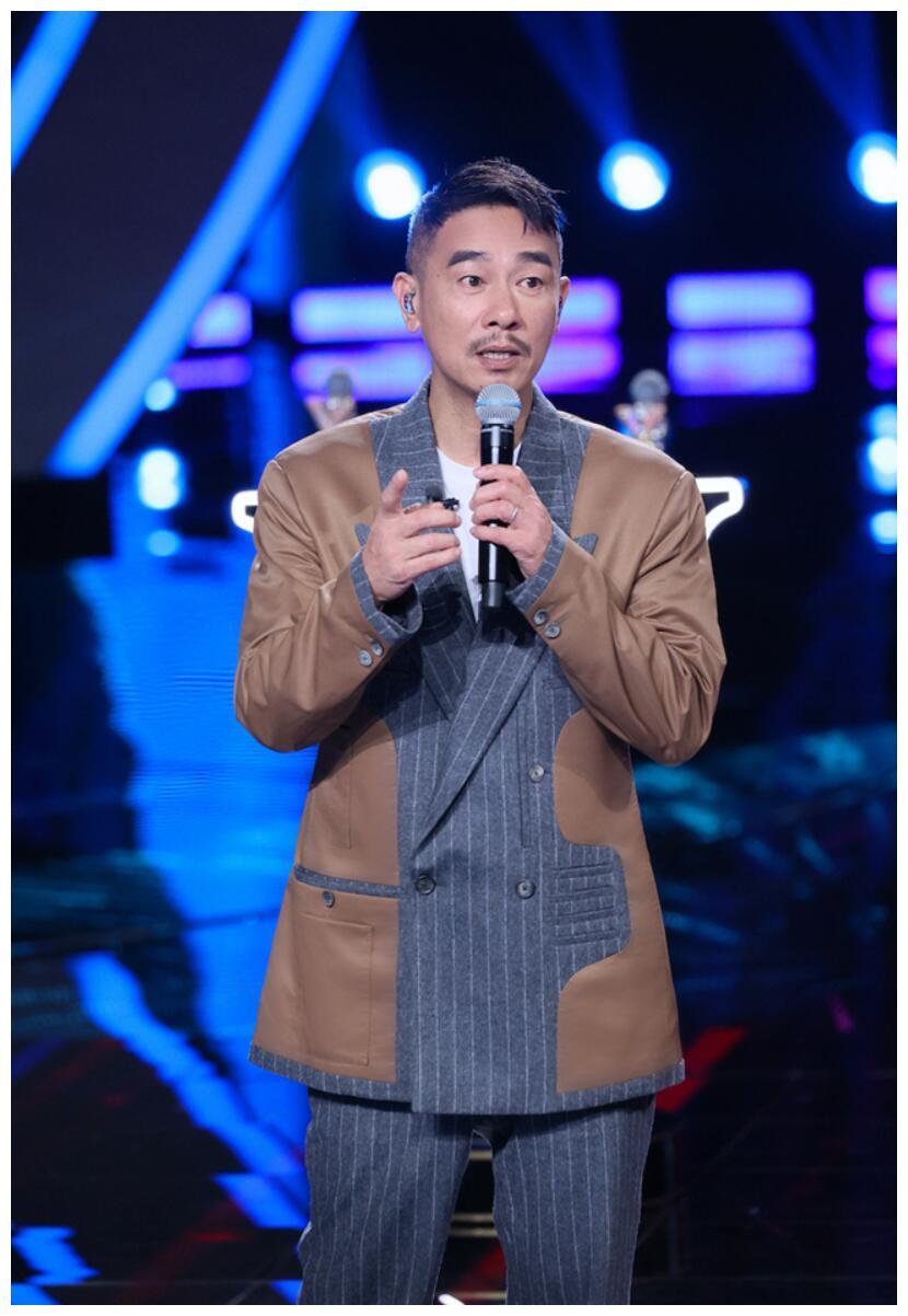 """《中国梦之声·我们的歌》陈小春评价王源""""喝牛奶长大的孩子"""""""