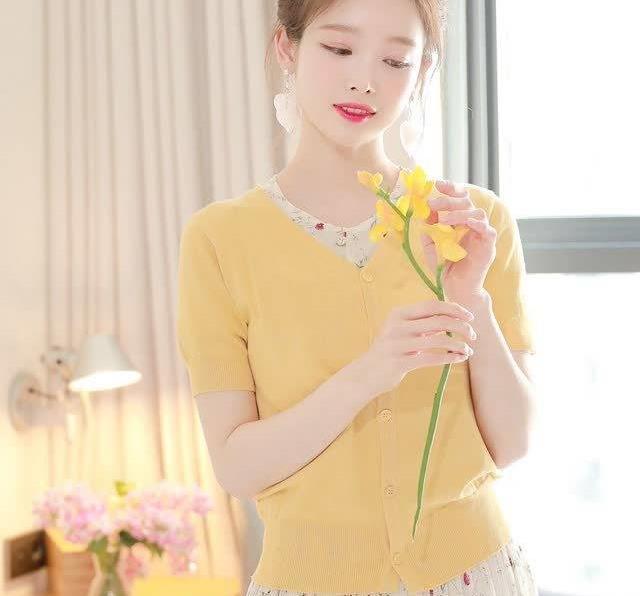 连衣裙外搭黄色针织开衫,小个子穿也很亮眼