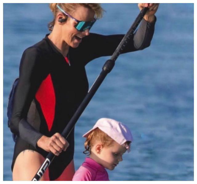 摩纳哥王妃一家冲浪,42岁穿连体泳衣毫无赘肉,一双儿女又美又帅