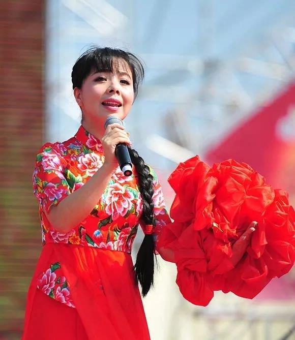 """""""草根""""王二妮:放弃名利回农村结婚生子,揭露出上亿女性心酸事"""