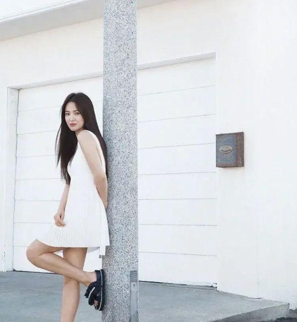 离婚后的宋慧乔似乎状态更好了,穿双拖鞋都那么美,宛如少女