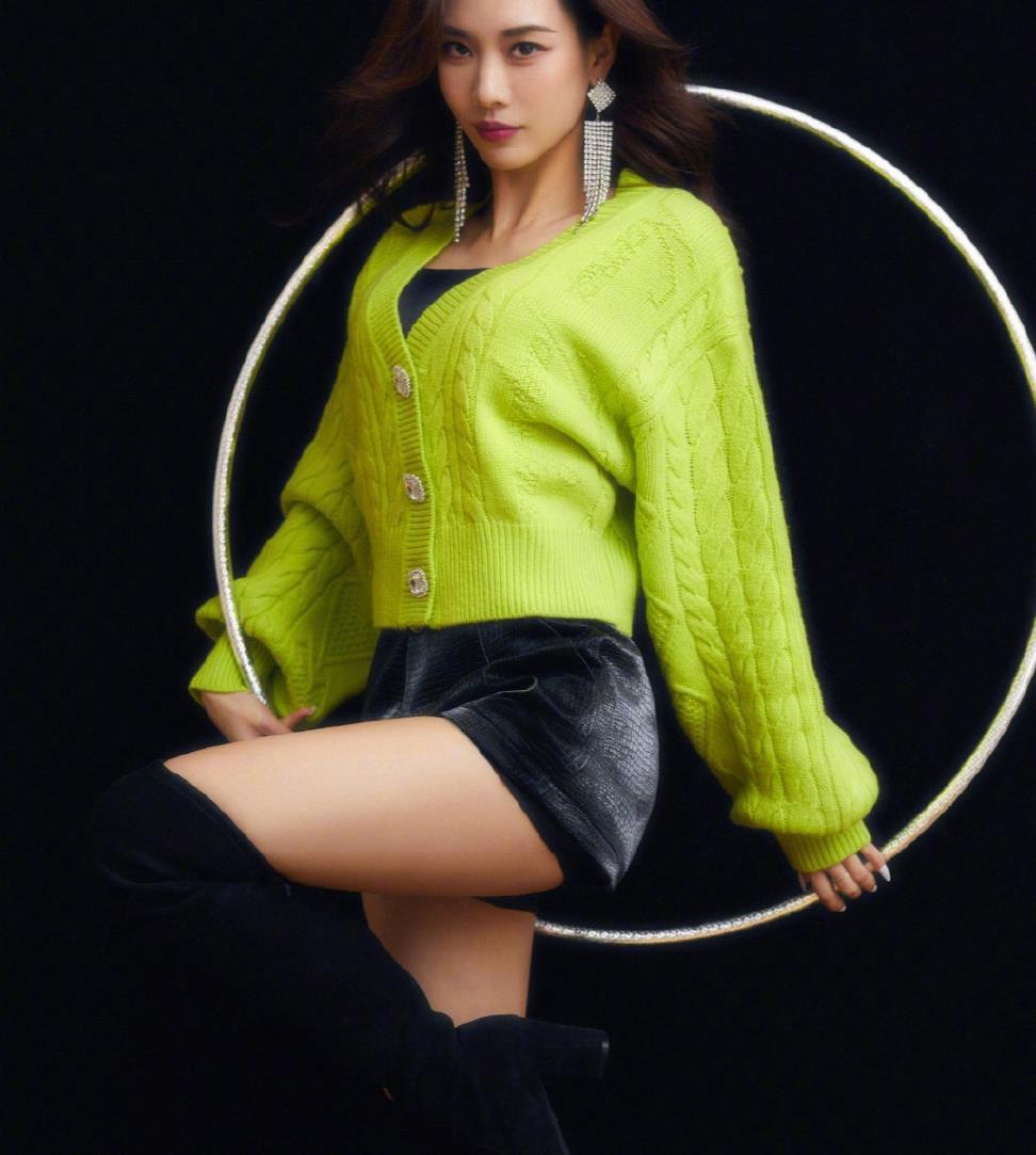 王霏霏今晚舞台造型,身穿果绿色毛衣亮眼俏皮,短裤飒气十足