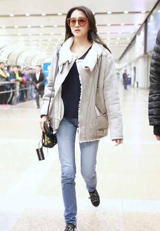 关晓彤终于换风格,羊羔毛外套配牛仔裤低调又保暖,简约却很时尚