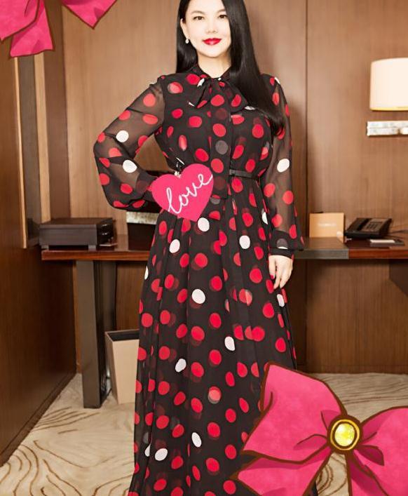 """李湘身材真招摇,穿红色波点连衣裙秀""""多肉""""曲线,真显贵气"""