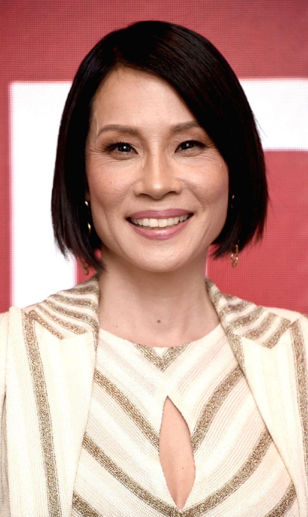 刘玉玲出席活动,一身条纹西装优雅干练,谁能想到她身高才156?