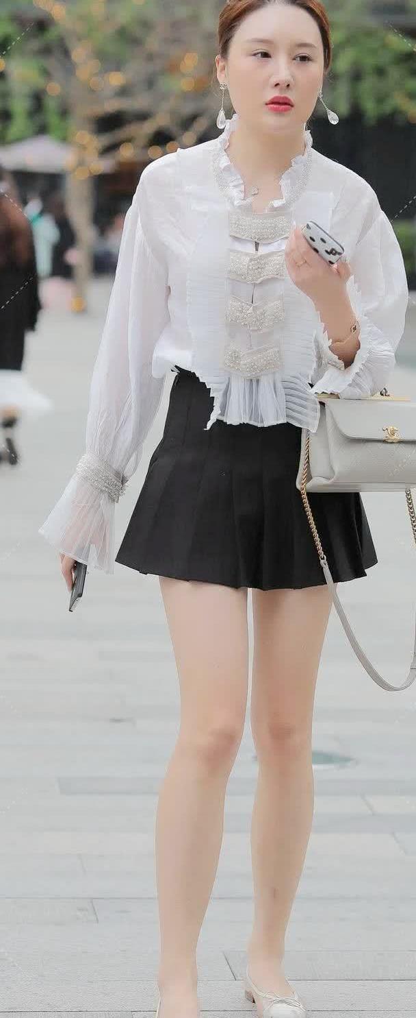 街拍:小姐姐身穿白色衬衫搭黑色包臀裙,御姐风范