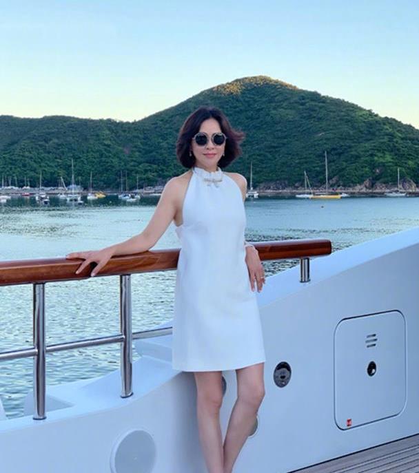 刘嘉玲越老越优雅,白色挂脖裙超有女人味,穿露背装不修图好真实