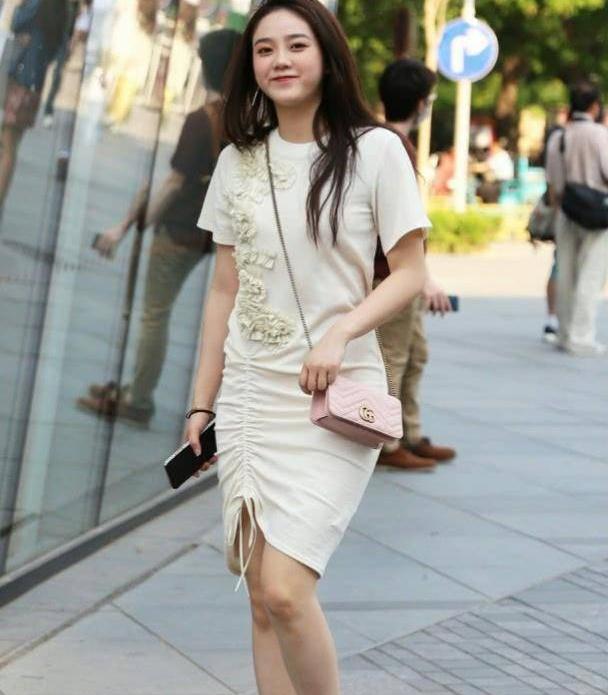 连衣裙彰显清爽怡人的气质,美丽大方还兼具优雅简约风