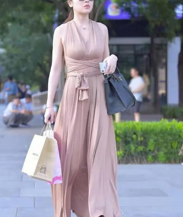 露背连衣长裙随风而动,高贵优雅的女神气质