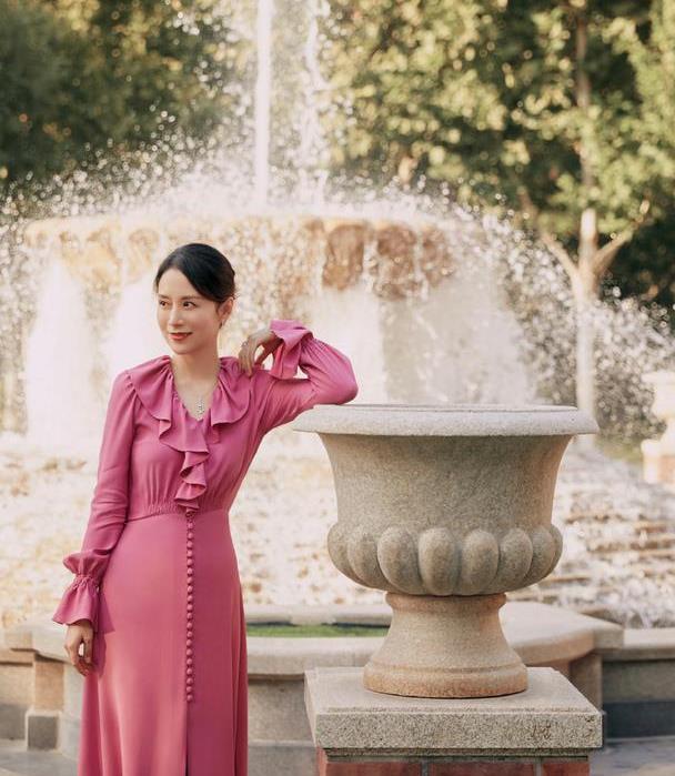 选择裙装的海清,优雅得体,自信大方