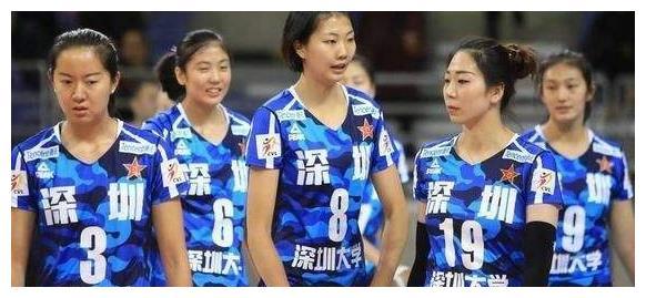 女排球队员当众公然挑衅老将, 脾气收拾不住,还对老将暴粗口