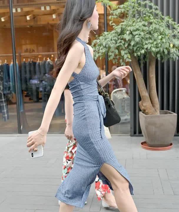 街拍:小姐姐身穿灰色针织连衣裙,尽显高挑身材