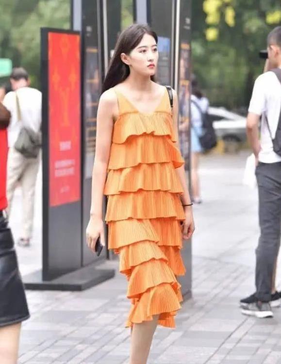 橙色的连衣裙穿起来更能显示出迷人的成熟的气息